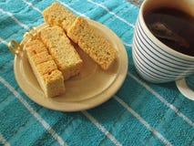 Buttermilchzwiebacke und eine Tasse Tee stockfotografie