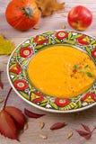 butternut λογική κολοκύνθη σούπ&a Φυτική σούπα σε ένα κύπελλο Στοκ εικόνα με δικαίωμα ελεύθερης χρήσης