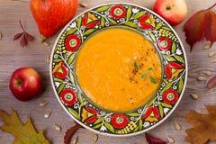 butternut λογική κολοκύνθη σούπ&a Φυτική σούπα σε ένα κύπελλο Στοκ εικόνες με δικαίωμα ελεύθερης χρήσης
