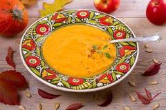 butternut λογική κολοκύνθη σούπ&a Φυτική σούπα σε ένα κύπελλο Στοκ φωτογραφία με δικαίωμα ελεύθερης χρήσης