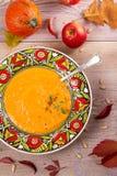 butternut λογική κολοκύνθη σούπ&a Φυτική σούπα σε ένα κύπελλο Στοκ Φωτογραφίες