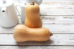 Butternut kabaczek, ?wiezi warzywa na drewnianym countertop zdjęcia stock