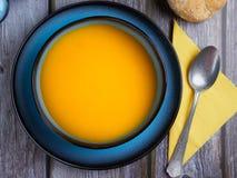 Butternut kabaczka polewka słuzyć w błękitnym pucharze zdjęcia stock