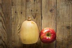 Butternutsquash Pumkpin mogna röda Apple på riden ut Wood bakgrund Kort för Autumn Fall Thanksgiving Harvest Copy utrymmehälsning Arkivfoton