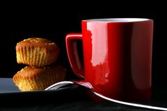 Butterscotch φραγμοί σε ένα πιάτο, την κούπα καφέ και ένα δίκρανο Στοκ φωτογραφίες με δικαίωμα ελεύθερης χρήσης