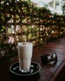 Buttertoffeelatte und -Sonnenbrille lizenzfreie stockbilder
