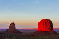 Buttes bei Sonnenuntergang, die Handschuhe, Merrick Butte, Monument-Tal, A Stockbild