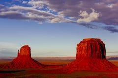 Buttes bei Sonnenuntergang, die Handschuhe, Merrick Butte, Monument-Tal, A Stockbilder