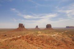 Buttes d'est et occidentales de mitaine, et Merrick Butte en parc de tribal de Navajo de vallée de monument Image libre de droits