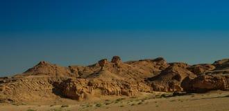 Buttes przy wysuszonym brzeg Razazza jeziora soli aka morzem, Irak fotografia stock