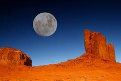 Buttes und Mond im Denkmal-Tal Arizona Stockfoto