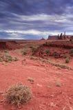 Buttes uniques devant Gray Skies orageux en vallée i de monument Photo stock
