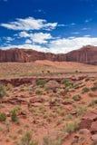 Buttes uniques devant les cieux nuageux bleus en vallée i de monument Photographie stock