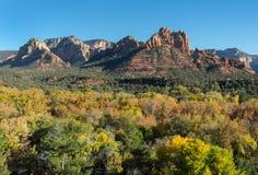 Buttes von Sedona, Arizona im Fall stockfoto