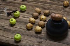Buttle на деревенском кухонном столе Стоковая Фотография RF