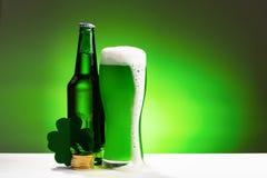 Buttle en glas vers groen koud bier Concept voor St Patrick dag stock fotografie