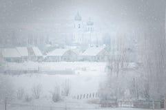 Buturlinovka, regione di Voronež della Russia, il 3 febbraio 2019 Bufera di neve in un villaggio russo fotografie stock libere da diritti
