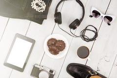 buty, cajgi, pastylka komputer osobisty, kamera, hełmofony, okulary przeciwsłoneczni i coff, zdjęcie stock