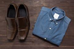 Buty i menswear są na drewnianym tle Zdjęcie Royalty Free