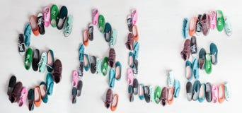 Buty i przypadkowi keds Słowo sprzedaż Fotografia Stock
