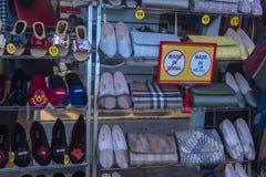 Buty i torebki ten sam kolor w sklepowym okno Obraz Royalty Free