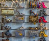 Buty i torebki w sklepowym okno Zdjęcia Stock
