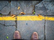 Buty na miastowym grunge tle Fotografia Stock