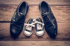 Buty ojca i syna pojęcie Ojca syn Zdjęcia Stock