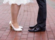 Buty państwo młodzi przy brukiem Obrazy Stock