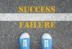 Buty stoi przy linią między sukcesem i niepowodzeniem Zdjęcia Stock