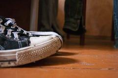 Buty stoją na drewnianej podłoga Obraz Stock