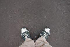 Buty, trenery, asfalt fotografia stock