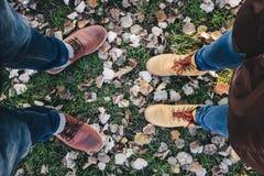 Buty z kolory żółci spadać liśćmi w jesieni Obrazy Stock