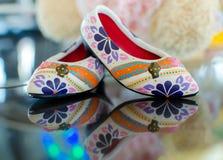 buty z kwiecistym ornamentem na szkle i odbiciu Obrazy Stock