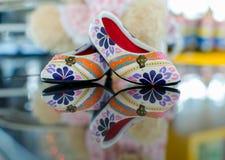buty z kwiecistym ornamentem na szkle i odbiciu Obrazy Royalty Free