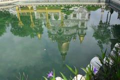 Buu长的寺庙反射在池塘上在胡志明市,越南 免版税图库摄影