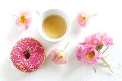 Buñuelo y café rosados Fotografía de archivo libre de regalías