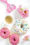 Buñuelo y café rosados Fotos de archivo libres de regalías