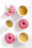 Buñuelo y café rosados Fotografía de archivo