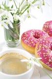 Buñuelo y café rosados Imagenes de archivo