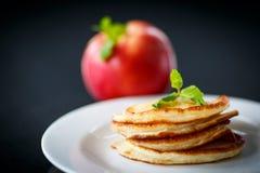 Buñuelos fritos con las manzanas Imagen de archivo libre de regalías