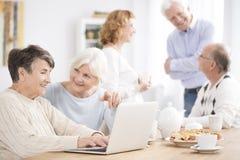 Buur die oudere vrouw helpen stock foto