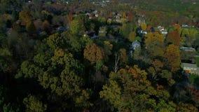 Buurt van Pennsylvania van de schuine stand de omhoog luchtluchtparade typische in de herfst stock video
