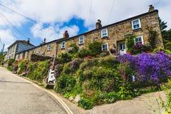 Buurthuis in de zomer, Cornwall stock foto's