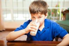 Buvant du lait à la maison Photographie stock libre de droits