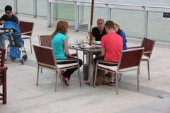 Buvez du café en mer de famille d'origine européenne à SHENZHEN Photos stock