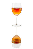 Buvez en verre de vin avec des glaçons reflétés Photographie stock
