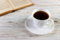 Buvez une tasse de livre de lecture de café Photographie stock libre de droits
