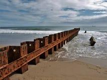 Buxton Jetty na praia velha do farol do ` s de North Carolina imagens de stock royalty free