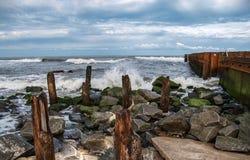 Buxton Jetty na praia velha do farol do ` s de North Carolina foto de stock royalty free